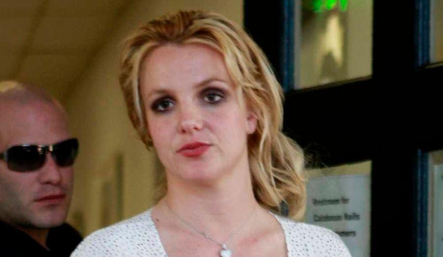 Alors que son nouveau titre, Hold it against, dévoilé lundi sur les ondes, cartonne, Britney Spears ne fait pas pour autant d'effort pour apparaître propre sur elle. Après avoir été aperçue il y a dix jour peu à son avantage la tête enturbannée de rose, sortant d'un salon de manucure à Los Angeles, la chanteuse a réitéré hier, sortant du même salon, vêtue cette fois d'une robe blanche à poids bleus, de bottes noires, les cheveux en bataille et le maquillage coulant… Alors Brit-Brit ? il est temps de refaire de toi une star !