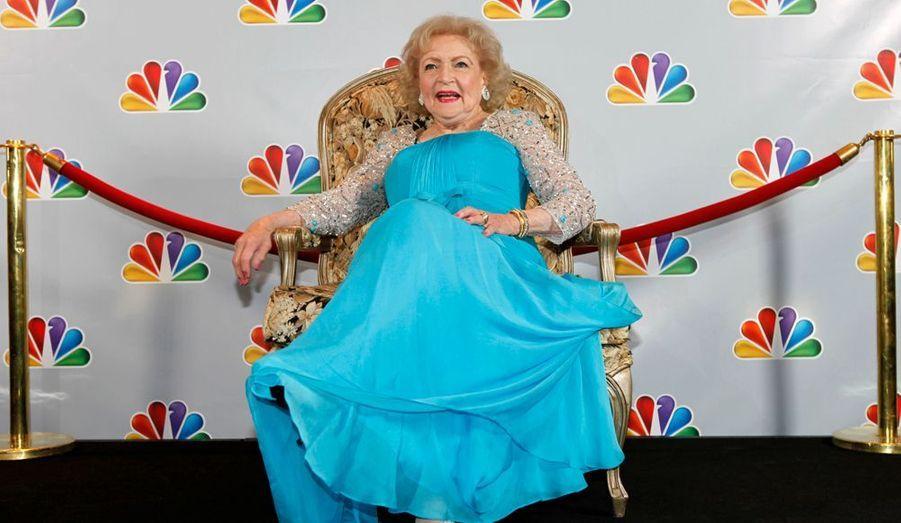 """NBC a enregistré dimanche une émission spéciale à l'occasion des 90 ans de Betty White, le 17 janvier. L'émission, intitulée """"Betty White's 90th Birthday: A Tribute to America's Golden Girl"""", sera diffuse la veille de son anniversaire. L'actrice a une carrière de plus de 60 ans dans le show business. Elle a joué dans de nombreuses séries et téléfilms, à l'instar d'Ally Mc Beal, Amour gloire et beauté, Ugly Betty, mais surtout Les Craquantes, et est actuellement à l'affiche de Hot in Cleveland."""