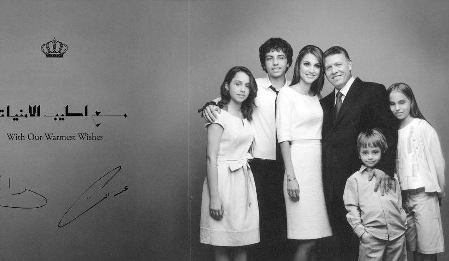 La famille royale jordanienne a adressé ses voeux à la population dans une magnifique carte en noir et blanc. Le Roi Abdullah II et la magnifique Reine Rania posent avec leur quatre enfants, Princesse Iman, 14 ans, le Prince héritier Hussein, 14, Prince Hashem, 6 ans et la Princesse Salma, 10 ans.
