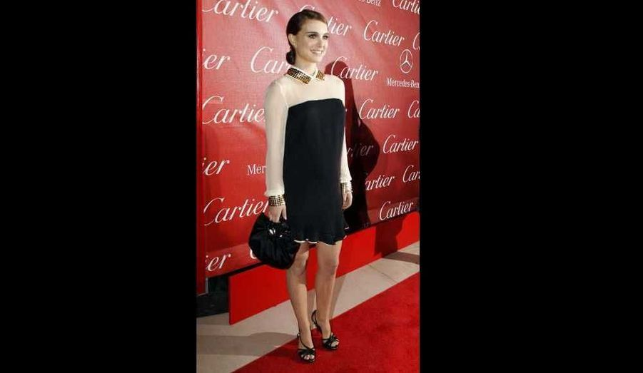 Fraichement fiancée à Benjamin Millepied et enceinte d'environ 4 mois, Natalie Portman, 29 ans, a fait une apparition radieuse sur le tapis rouge du Festival du film de Palm Springs. Avec sa robe année 30 signée Vionnet, les formes de la futures maman passaient inaperçues...