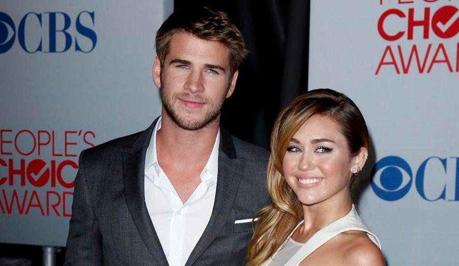 Liam Hemsworth et Miley Cyrus, radieux aux People's Choice Awards 2012, mercredi soir à Los Angeles.