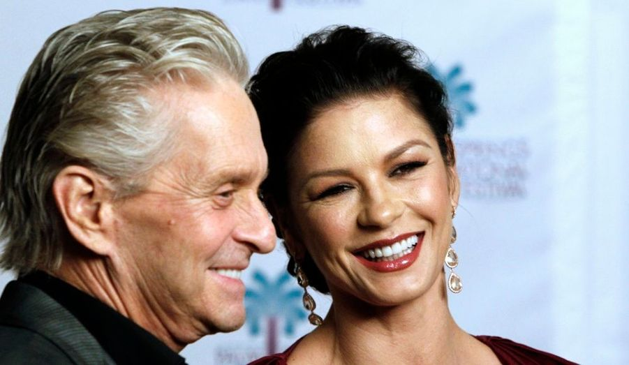 Michael Douglas et sa femme Catherine Zeta Jones, au Festival du Film de Palm Springs. L'acteur y a reçu le Prix Icon pour l'ensemble de sa carrière. La star de Wall Street a annoncé cette semaine être guéri de son cancer de la gorge.