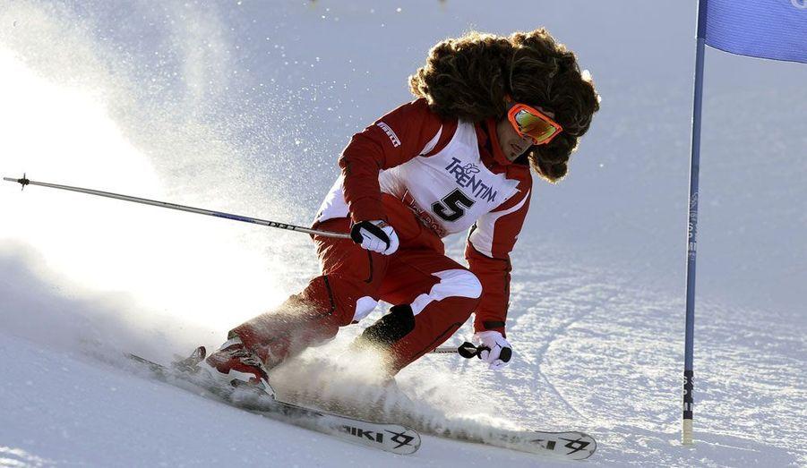 """Le pilote espagnol de Formule 1, Fernando Alonso, a participé au rendez-vous annuel organisé par """"Ferrari"""" dans la station de ski de Madonna Di Campiglio en Italie. Le champion a descendu les pistes coiffé d'une énorme perruque."""