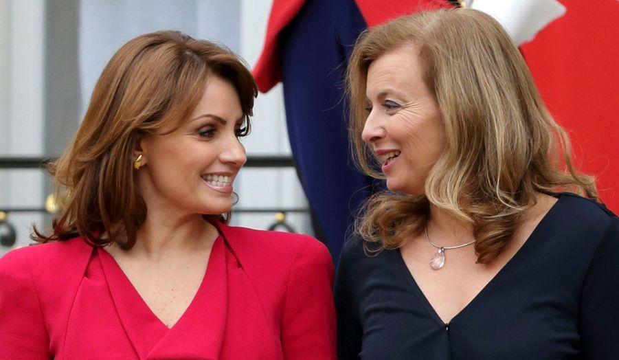 Valérie Trierweiler, compagne de François Hollande, et Angelica Rivera, épouse du président-élu mexicain Enrique Pena Nieto discutent sur le perron de l'Élysée.