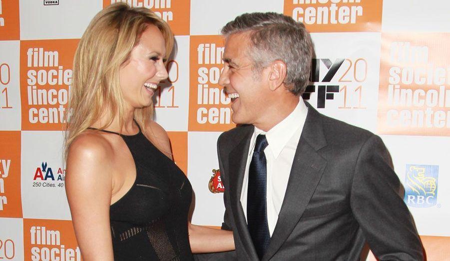 George Clooney et sa petite amie Stacy Keibler ont finalement accepté de se faire photographier ensemble sur le tapis rouge, lundi à New York.