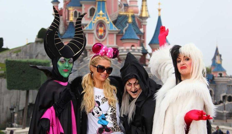 Paris Hilton fête Halloween à Disneyland Paris.