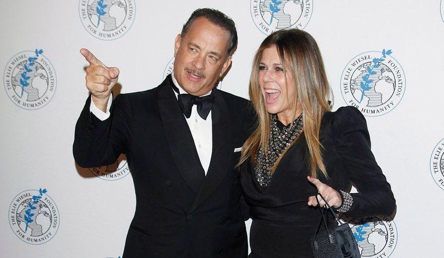 L'acteur américain Tom Hanks, ici accompagné de son épouse Rita Wilson, a reçu un prix honorifique lors d'un gala de charité organisé par la fondation Elie Wiesel, à New York.