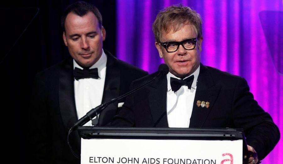 Le chanteur anglais donnait lundi soir à New York une grande soirée de bienfaisance pour sa fondation Elton John Aids, qui recueille des fonds pour lutter contre le virus du Sida.