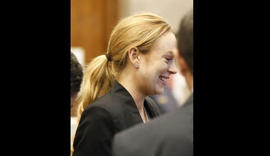"""Suite à la violation de sa période de probation –elle avait été contrôlée positif à la cocaïne-, Lindsay Lohan s'est présentée à la juge Elden Fox au tribunal de Beverly Hills ce vendredi, et devra retourner en cure de désintoxication jusqu'au 3 janvier prochain. Pour avoir passé 14 jours derrière les barreaux cet été, la starlette de 24 ans était bien heureuse d'éviter la prison. Elle a d'ailleurs dit """"merci"""" en sortant du tribunal, rapporte la presse people américaine."""