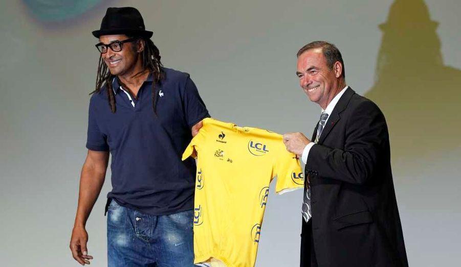 L'ancien champion de cyclisme français Bernard Hinault et Yannick Noah, ont présenté mardi au Palais des Congrès, le nouveau maillot jaune officiel lors de la présentation de l'itinéraire de la course 2012 du Tour de France.