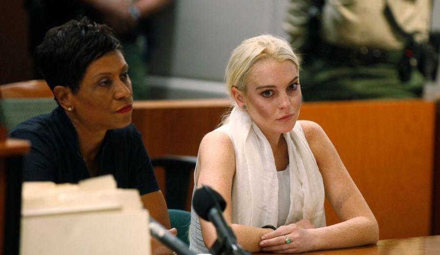 Lindsay Lohan va-t-elle retourner en prison ? L'actrice a en tout cas du souci à se faire après la révocation de sa liberté conditionnelle par la justice californienne. Menottée au tribunal, elle a dû s'acquitter d'une caution de 100 000 dollars et devra patienter jusqu'à la prochain audience du 2 novembre pour connaitre son sort. Lindsay Lohan est accusée d'avoir violé les termes de sa mise à l'épreuve, après de nombreux excès sur la voie publique, ainsi que le vol d'un collier.