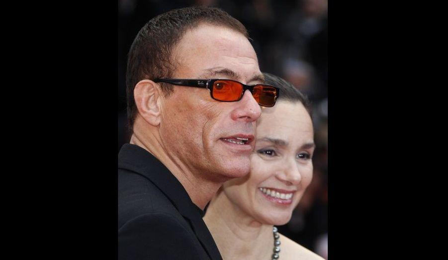Jean Claude Van Damme a été victime d'une crise cardiaque dimanche sur le tournage de son nouveau film, Weapon. Après avoir ressenti une violente douleur à la poitrine, l'acteur de 50 ans a été hospitalisé en urgence. Joint par MTV, son porte-parole a assuré qu'il allait bien. La star de Full Contact aurait décidé de rentrer en Belgique, son pays d'origine, pour se reposer.