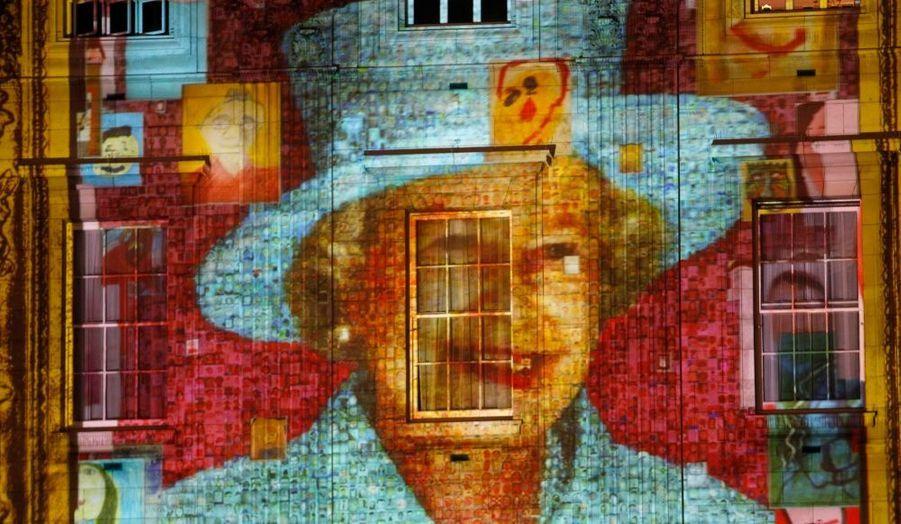 Des autoportraits d'enfants sont projetés sur la façade de Buckingham Palace pour former le visage de la Reine. Ils ont été recueillis par The Prince's Foundation for Children & the Arts à l'occasion des Jeux Olympiques de Londres et du jubilé de diamant d'Elizabeth II.