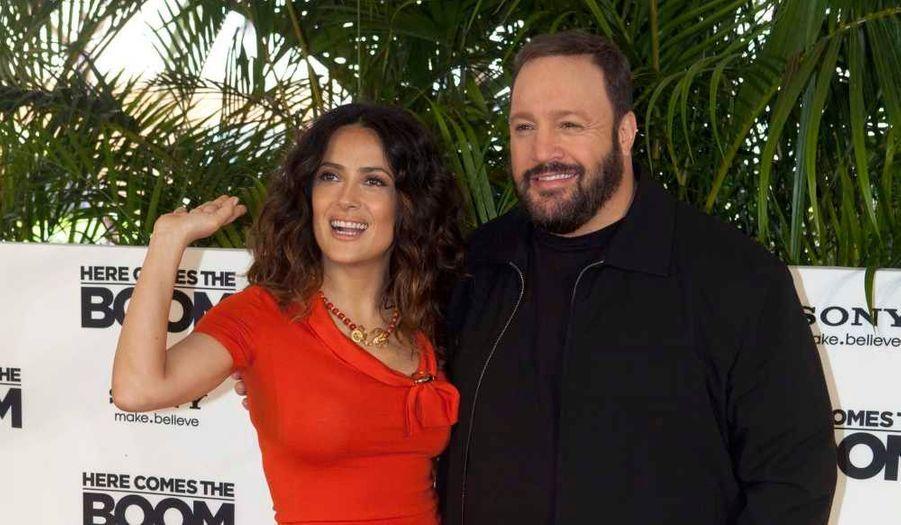 """L'actrice mexicaine Salma Hayek et l'acteur américain Kevin James posent lors du lancement de leur film """"Here Comes the Boom"""" à Cancún."""