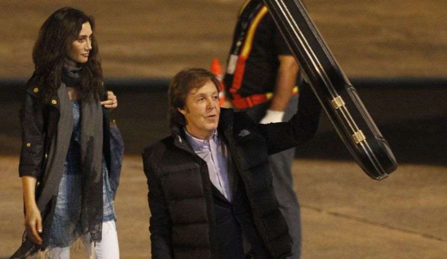 L'ancien Beatles Paul McCartney, étui de basse à la main, est arrivé lundi au Paraguay pour un concert mardi au stade Defensores del Chaco d'Asuncion. Il est accompagné de sa femme, Nancy Shevall.