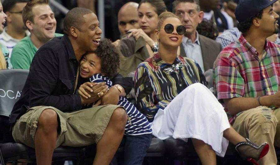 Jay-Z, son neveu Daniel Smith et sa femme Beyoncé regardent un match de basket opposant les Nets du New Jersey aux Heat de Miami, à Newark, dans le New Jersey.