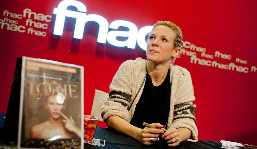 Lorie en séance de dédicaces à l'occasion de la sortie de son nouvel album Regarde Moi' à Cannes.