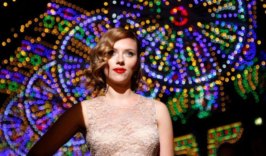 La belle Scarlett Johansson assistait aujourd'hui au défilé printemps-été 2012 Dolce&Gabbana, lors de la Fashion Week de Milan.