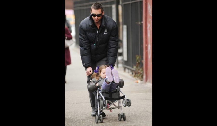 ... Hugh Jackman joue avec la sienne, Eva, sur le chemin de l'école à New York.