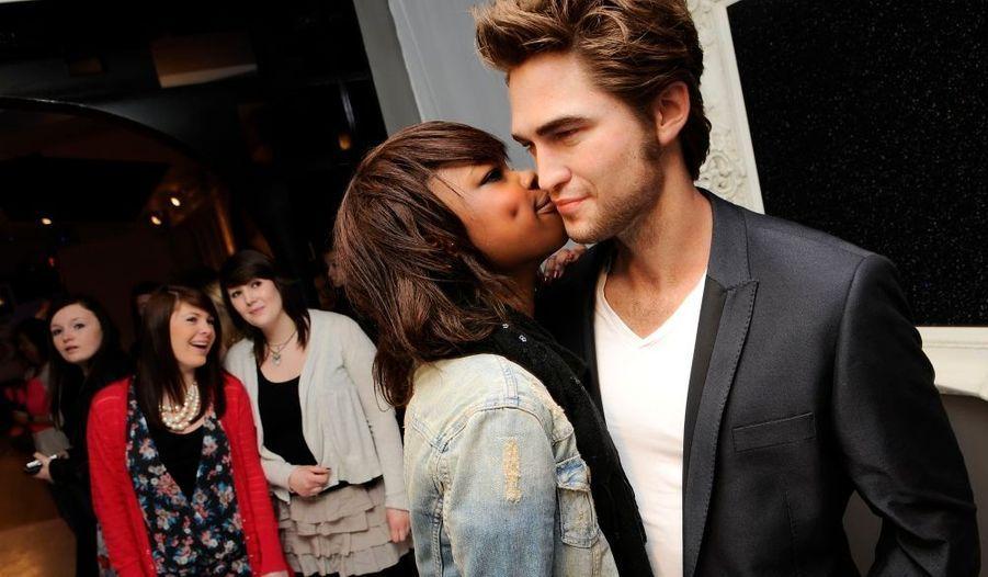 Inondée par les demandes de fans, la direction du célèbre mussée Madame Tussauds a finalement accepté de réaliser la statue de cire de Robert Pattinson, qui attire une foule de jeunes filles fantasmant une vraie rencontre avec la star de Twilight.