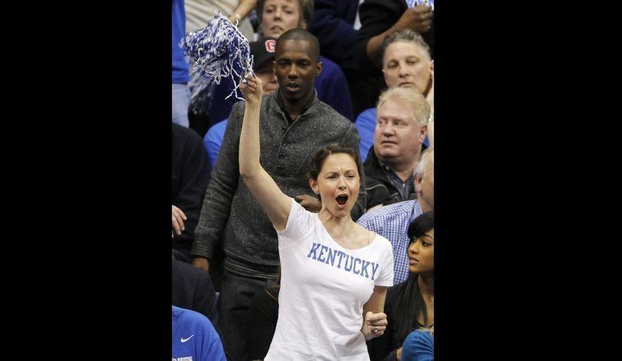 Ashley Judd très impliquée à un match de demi-finale régionaleiversitaire de basket-ball, à New York, qui a vu l'équipe de Butler créer la surprise en éliminant les favoris de la section Ouest, l'équipe de Syracuse, qui s'est inclinée au compte de 63-59.