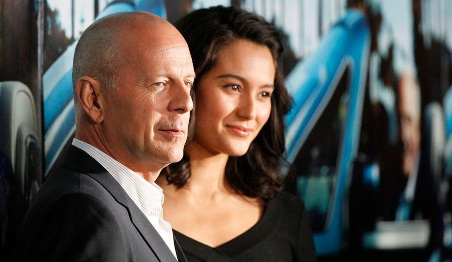 """Bruce Willis et sa femme Emma Heming à la première documentaire de la chaîne HBO """"His Way"""", portrait du fameux producteur de cinéma Jerry Weintraub, au Paramount theatre de Los Angeles."""