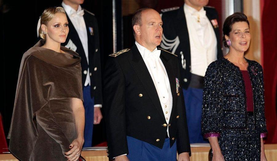 Le prince Albert II, son épouse Charlene et la princesse Caroline ont entonné l'hymne national lors du gala organisé samedi pour célébrer la fête nationale monégasque.