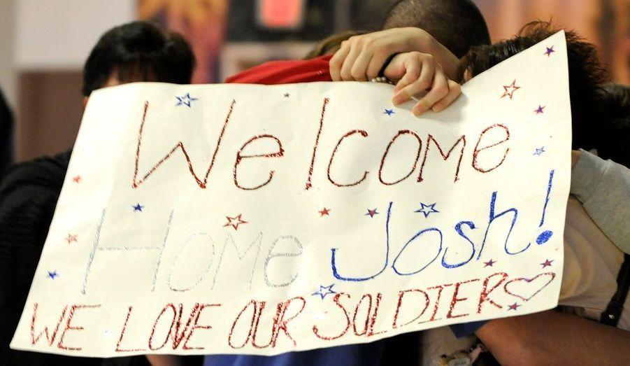 Cesoldat américain est accueilli par sa famille. Il rentre aux Etats-Unis pour les vacances de Thanksgivingaprès avoir été déployé neuf mois en Irak.