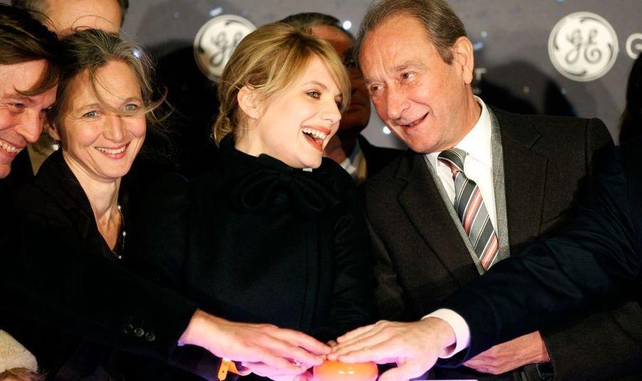 L'actrice Mélanie Laurent, notamment accompagnée du maire de Paris, Bertrand Delanoë, a illuminé la plus célèbre avenue du Monde, au sens propre comme au sens figuré.