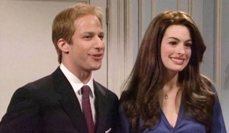 """Invitée dans l'émission Saturday Night Live sur NBC , Anne Hathaway s'est prêtée au jeu de la traditionnelle parodie qui a fait la renommée de l'émission américaine. L'actrice s'est ainsi glissée dans la peau de Kate Middleton, fiancée officielle du prince William depuis la semaine dernière. Vêtue d'une robe bleue nuit similaire à celle de la future princesse à l'annonce de leurs fiançailles, la comédienne a parodié sa rencontre avec la Reine d'Angleterre et le prince Philip. Andy Samberg, qui jouait le prince, a présenté au couple royal celle qui partage sa vie depuis sept ans: """"Vous vous souvenez de Catherine ?"""", a-t-il ironisé. Elizabeth II aurait ensuite conseillé à Anne Hathaway d'être irréprochable en public… Mais d'être """"Fergie"""" dans l'intimité !"""