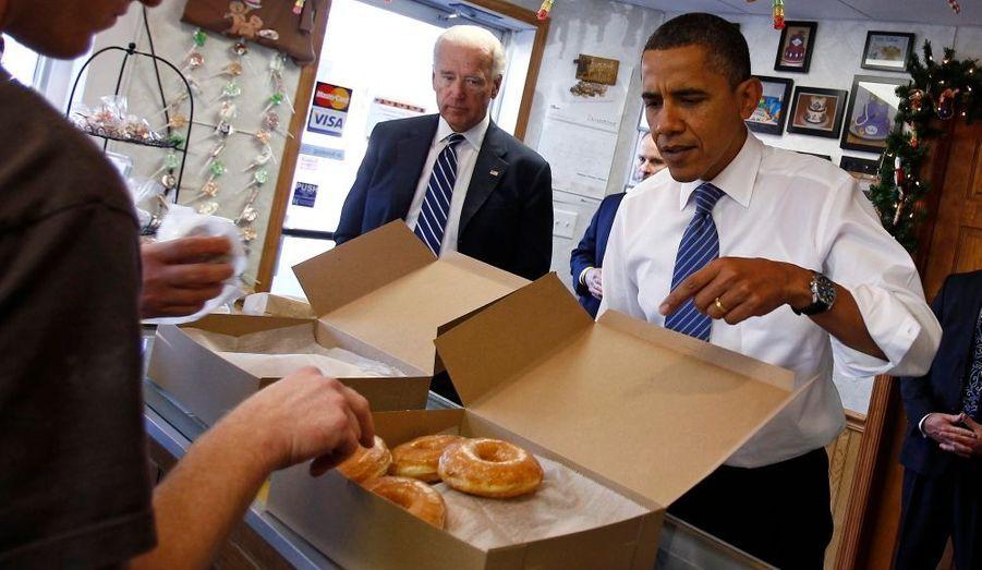 Le président américain Barack Obama et le vice-président Joe Biden commandent leurs donuts lors d'une visite à Kokomo, dans l'Indiana.