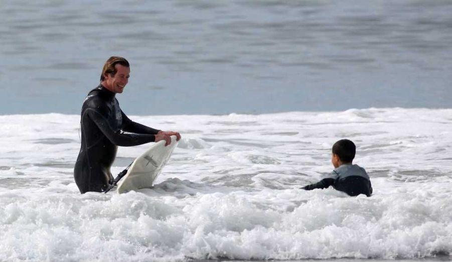 Simon Baker surfe avec son fils Harry vendredi pour Thanksgiving à Santa Monica, en Californie.
