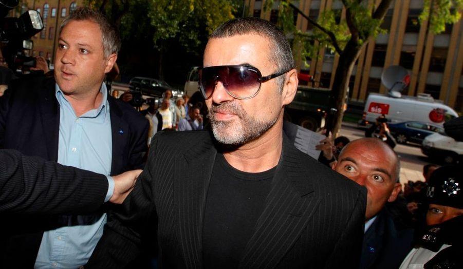 Le chanteur britannique George Michael, inculpé le 12 août pour possession de cannabis et conduite d'un véhicule sous influence de drogue ou d'alcool, compara^t ce mardi devant un tribunal de Highbury (nord de Londres).