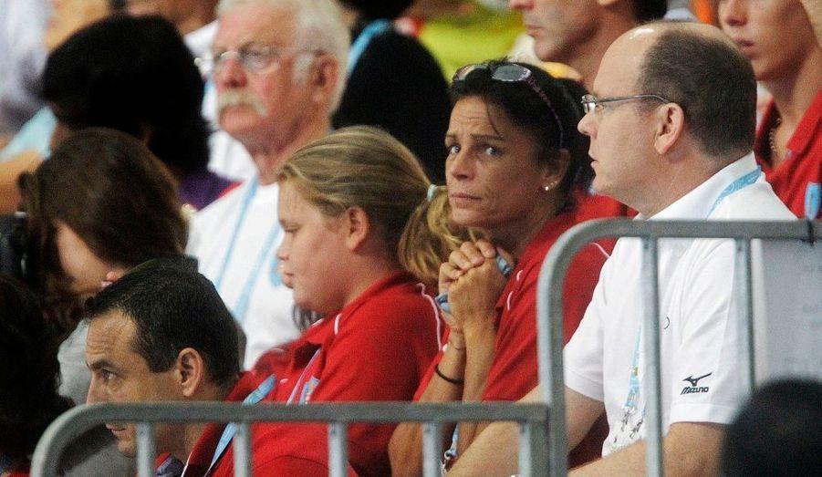 Le Prince Albert, sa soeur Stephanie de Monaco et sa nièce Camille Gottlieb observent avec inquiétude Pauline Ducruet sauter de son plongeoir à trois mètres du sol, pendant la finale de l'épreuve aux Jeux Olympiques de la Jeunesse de Singapour.