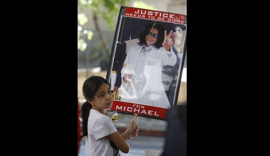 Une jeune fan de la défunte pop star attend devant la cour de Los Angeles alors qu'elle était en train de statuer sur le sort de Conrad Murray. Le docteur de Michael Jackson, qui était présent au moment de sa mort, comparaîtra finalement le 4 janvier pour le début des audiences préliminaires. Rappelons qu'il est poursuivi pour homicide involontaire.