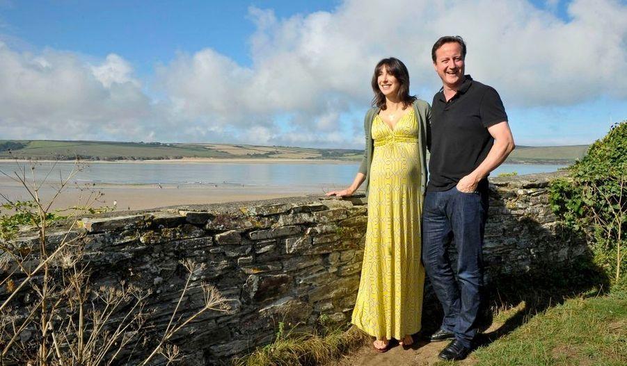 Le Premier ministre britannique David Cameron et sa femme Samatha ont annoncé mardi la naissance de leur quatrième enfant, une petite fille, rapporte le site de BBC News. Le nouveau-né devait voir le jour en septembre, mais il est arrivé précocement, alors que la famille Cameron était en vacances dans les Cornouailles.