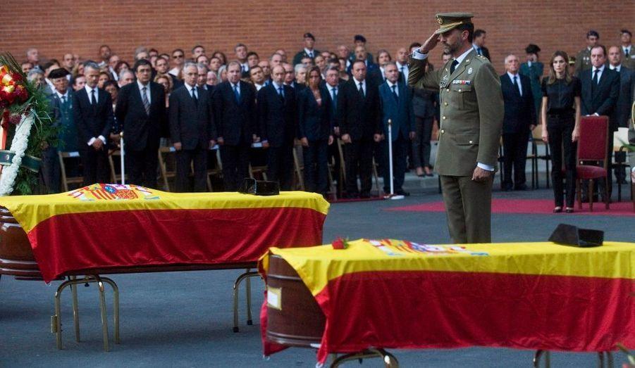 Le prince Felipe d'Espagne peine à cacher son émotion devant les cercueils des deux soldats espagnols morts en Afghanistan. La cérémonie s'est déroulée dans la localité de Logrono, au Nord de l'Espagne.