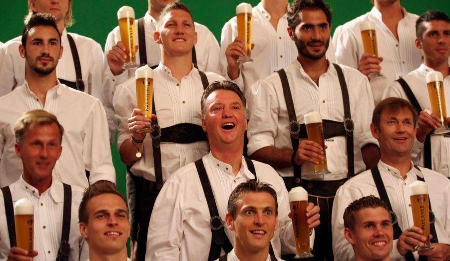 Le coach du Bayern de Munich, Louis van Gaal (au centre du deuxième rang), pose avec son équipe en tenue traditionnelle bavaroise dans une publicité pour une marque de bière, cet après-midi.