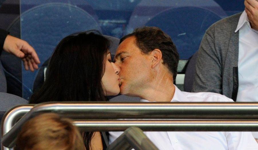 Le ministre de l'Immigration, Eric Besson, et sa fiancée de 23 ans, Yasmine Tordjman, au match PSG-Bordeaux, dimanche soir.