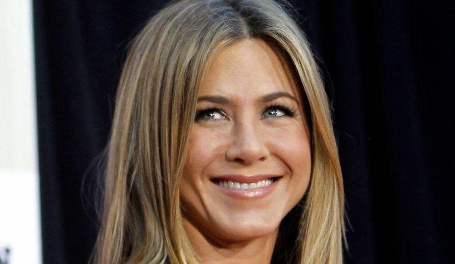 """Pour les besoins de la vente aux enchères caritative Charity Buzz Valentine's Day Auction, Jennifer Aniston a prévu de passer la soirée de la Saint-Valentin avec le plus offrant. Mais la """"célibattante"""" la plus célèbre d'Hollywood sait allier l'utile à l'agréable. L'heureux élu n'aura pas droit à un dîner aux chandelles, mais plutôt à une place VIP à l'avant-première de son prochain film, Le Mytho. Et une photo sur le tapis rouge."""