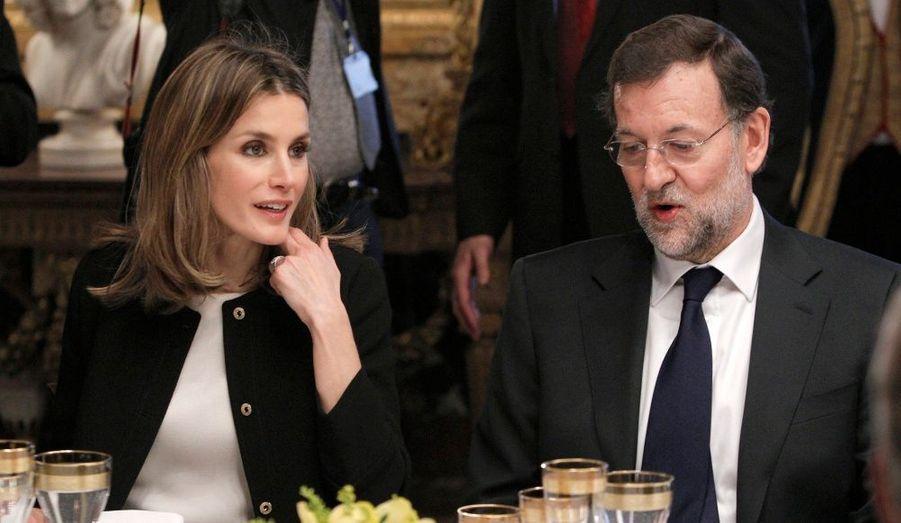 La princesse Letizia d'Espagne discute avec le Premier ministre Mariano Rajoy, lors d'un dîner en l'honneur de Nicolas Sarkozy au Palais royal à Madrid. Le roi Juan Carlos a remis lundi au président de la République le collier de l'Ordre de la Toison d'Or, en remerciement de la coopération de la France avec l'Espagne dans la lutte contre le terrorisme, en particulier contre l'organisation séparatiste basque ETA.