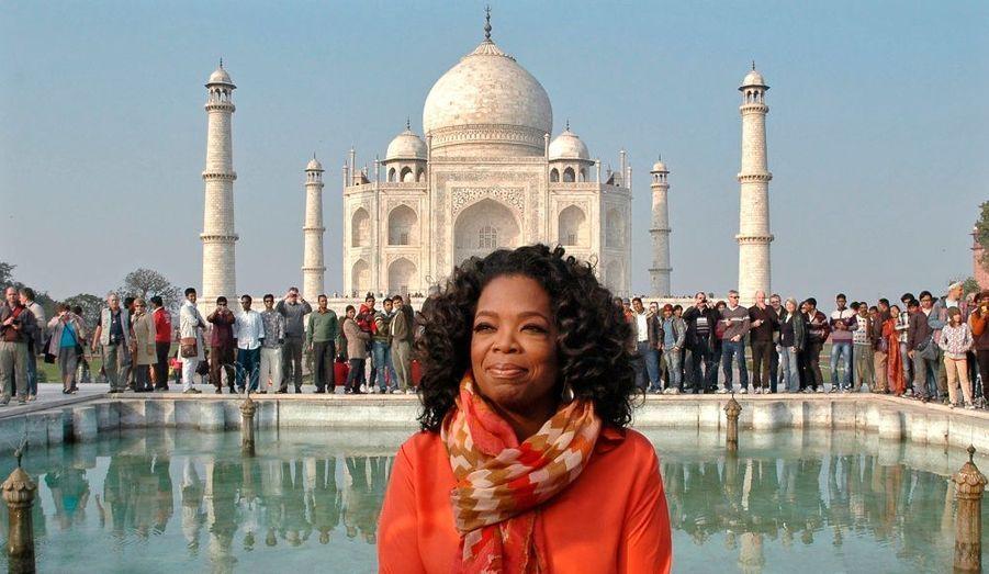 Oprah Winfrey en voyage en Inde, photographiée devant le Taj Mahal.