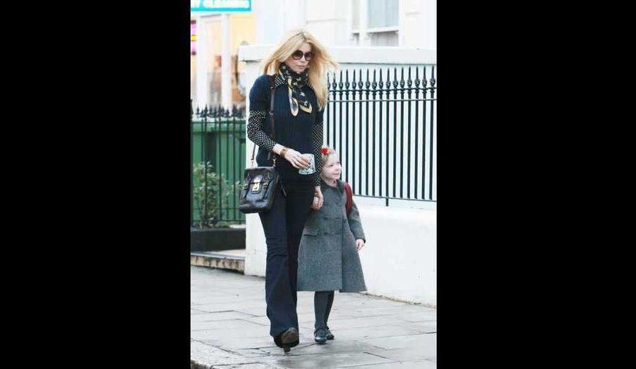 Claudia Schiffer accompagnant sa fille Clémentine, 6 ans, à l'école ce matin à Londres.