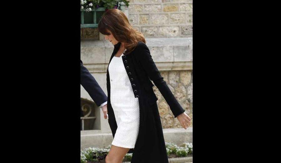 Alors que les médias européens scrutent les moindres rondeurs de Carla Bruni-Sarkozy, qui n'a toujours pas directement confirmé être enceinte -sa mère Marisa Bruni Tedeschi, l'a fait- voici une photo qui devrait les ravir…Elle a été prise à Deauville, où s'est ouvert ce jeudi le G8.