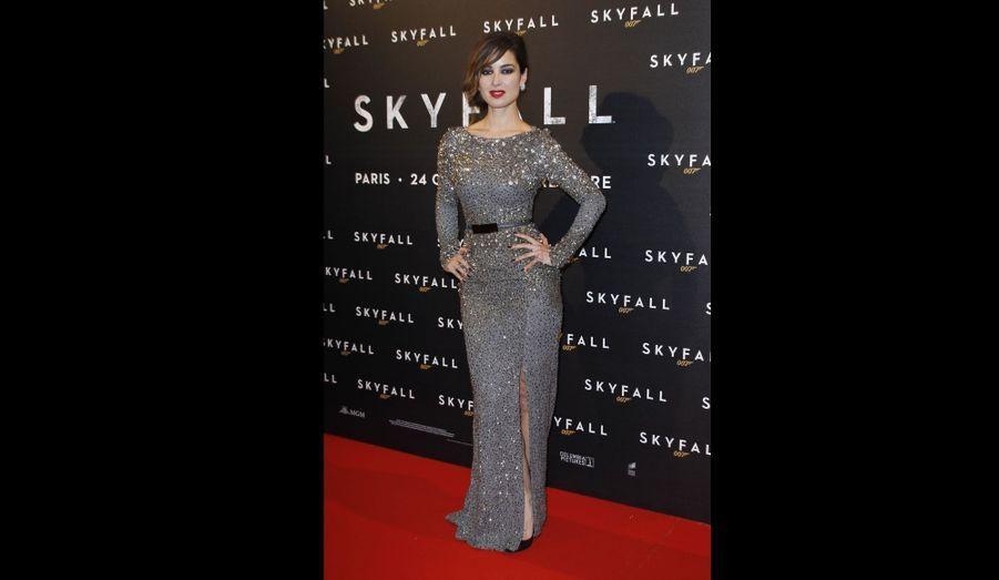 """La James Bond Girl française Bérénice Marlohe pose à l'occasion de l'avant-première de """"Skyfall"""" à Paris."""
