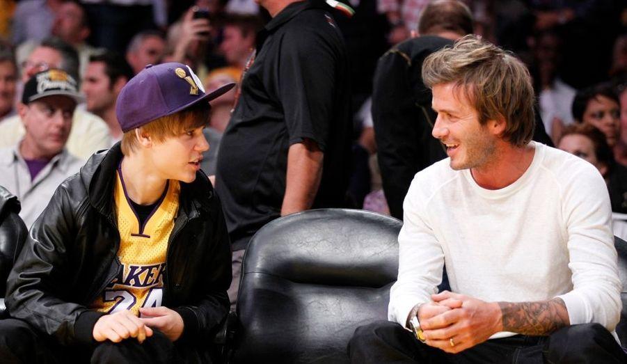 Justin Bieber et David Beckham discutent lors d'un match des Los Angeles Lakers.