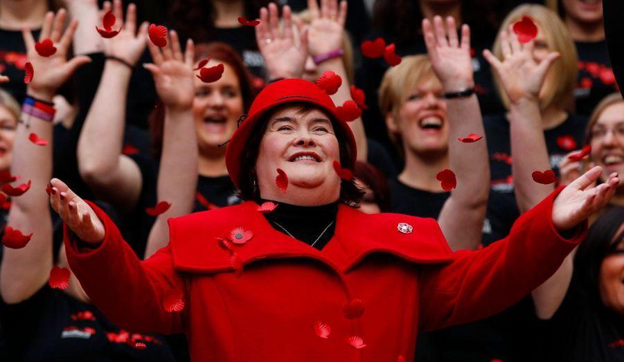 Susan Boyle pose lors d'une séance photo organisée à Glasgow, en Ecosse, à l'appel de deux épouses de soldats qui mobilisent des fonds pour l'armée.