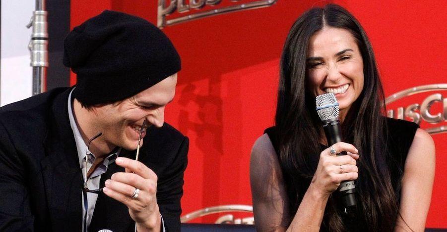 Ashton Kutcher et Demi Moore en plein fou rire lors d'une interview, à Pasching, à environ 180 kilomètres à l'ouest de Vienne, dans le cadre de leur tournée de charité.