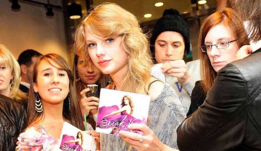 La chanteuse américaine Taylor Swift entourée de fans lors d'une séance de dédicaces de son nouvel album, Speak Now (qui sort mardi aux Etats-Unis), dans un Starbucks de Times Square à New York.