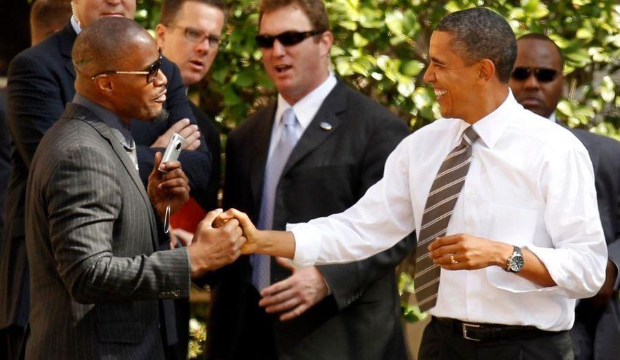 Le président américain Barack Obama accueille l'acteur Jamie Foxx à un meeting de campagne du sénateur démocrate Barbara Boxer à Los Angeles, en Californie.